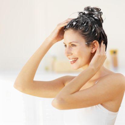Çabuk yağlanan saçlar için...  Hormon düzensizlikleri yağ bezelerinin fazla çalışmasına yol açar. Bunun yanında kalıtsal faktörler ve stres durumlarında saçların yağlanmasında artış görülür.  Bakım: Saçlarınızı ılık suyla ve yağlı saçlara uygun bir şampuan kullanarak yıkayın. Yıkama sırasında saç derisine hafif bir masaj uygulanır. Sonra soğuk suyla durulanır. Saçlarınızı fönün ilk ayarıyla kurulayın. Eğer saçlarınız yağlı ve yıkamaya da vaktiniz yoksa ıslak saç jölesini saçlarınıza sürün. Sivri uçlu bir tarakla şekillendirin.  Tedavi:  Bitkisel öz içeren haftalık kürler yağ bezlerini sakinleştirici bir etki yaratır ve saçın ihtiyaç duyduğu nemi sağlar. Saç derisinin metabolizmasını canlandırır. Yağlı saçlar çok sık taranmaz. Ayrıca şekillendirmek için köpük ya da sprey kullanılmaz.